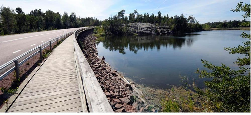 Vy över Lumparsund, där det syns vägren och vatten.