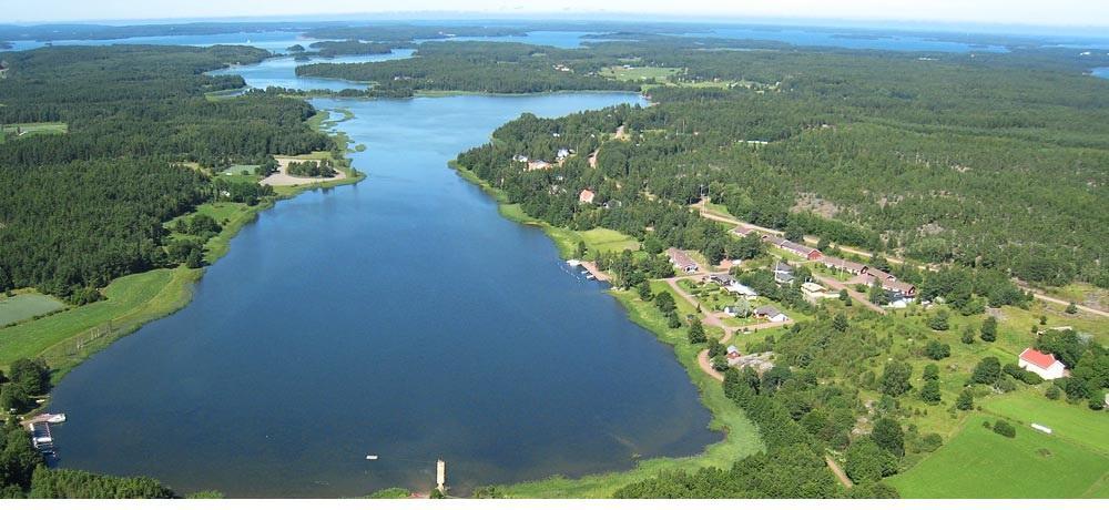 Bild över kommunen tagen från luften, så man ser vattendrag och skog.