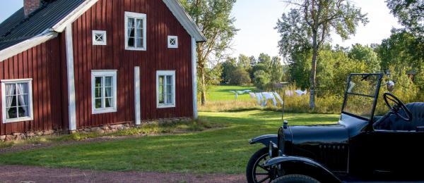 gammal byggnad och gammal bil